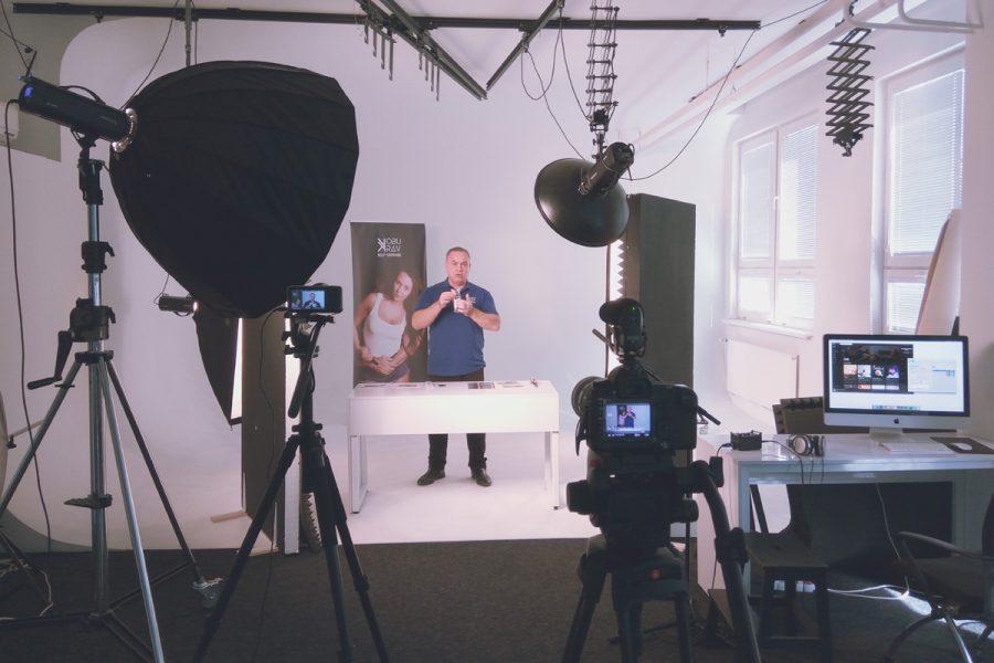 natáčanie prezentačného vide v štúdiu