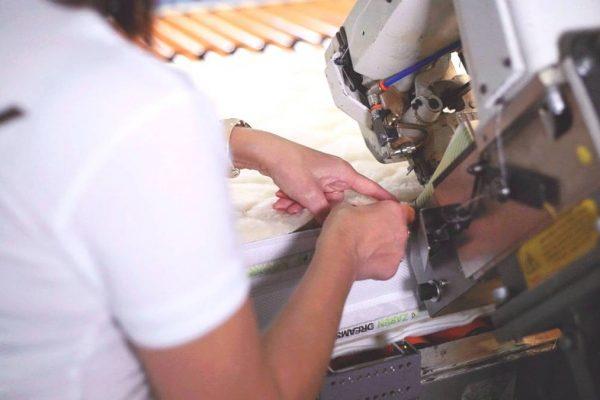 detailný záber na šitie matraca
